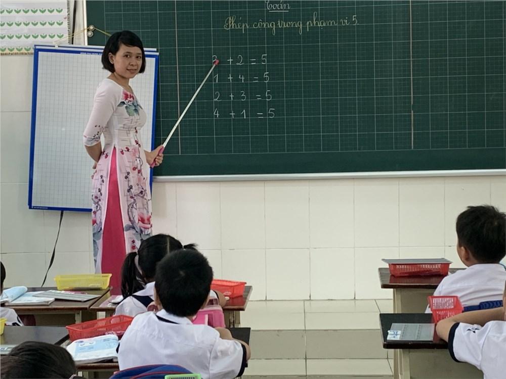Cô giáo dạy tiểu học